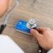 Zamknięcie karty kredytowej może wpłynąć na scoring BIK pozytywnie, negatywnie albo może być to dla niego obojętne. Zależy to od innych zachowań kredytowych konsumenta, zapisanych w jego historii kredytowej.