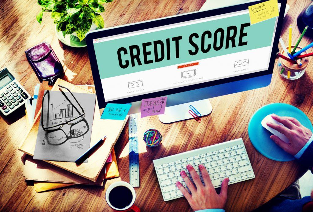 Scoring kredytowy może się zmieniać nawet wtedy, gdy nie zmienia się nasza historia kredytowa. Powodem tego jest upływający czas, kóry powoduje, że pewne zdarzenia nie mają już tak dużego wpływu na ten scoring jak kiedyś.