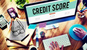 Scoring kredytowy może się zmieniać nawet wtedy, gdy nie zmienia się nasza historia kredytowa. Powodem tego jest upływający czas, który powoduje, że pewne zdarzenia nie mają już tak dużego wpływu na ten scoring jak kiedyś.